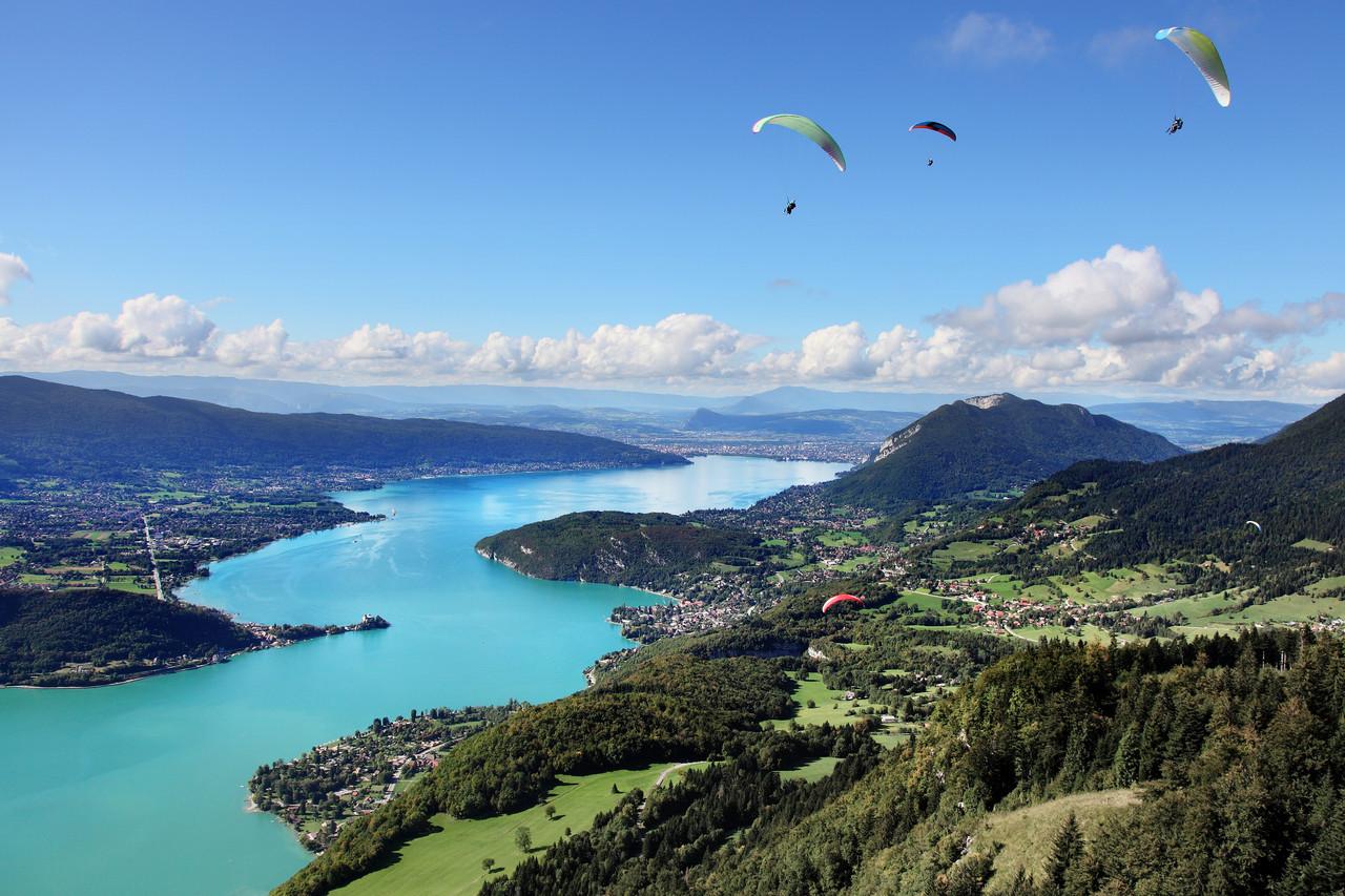 Parapentes sur le Lac d'Annecy