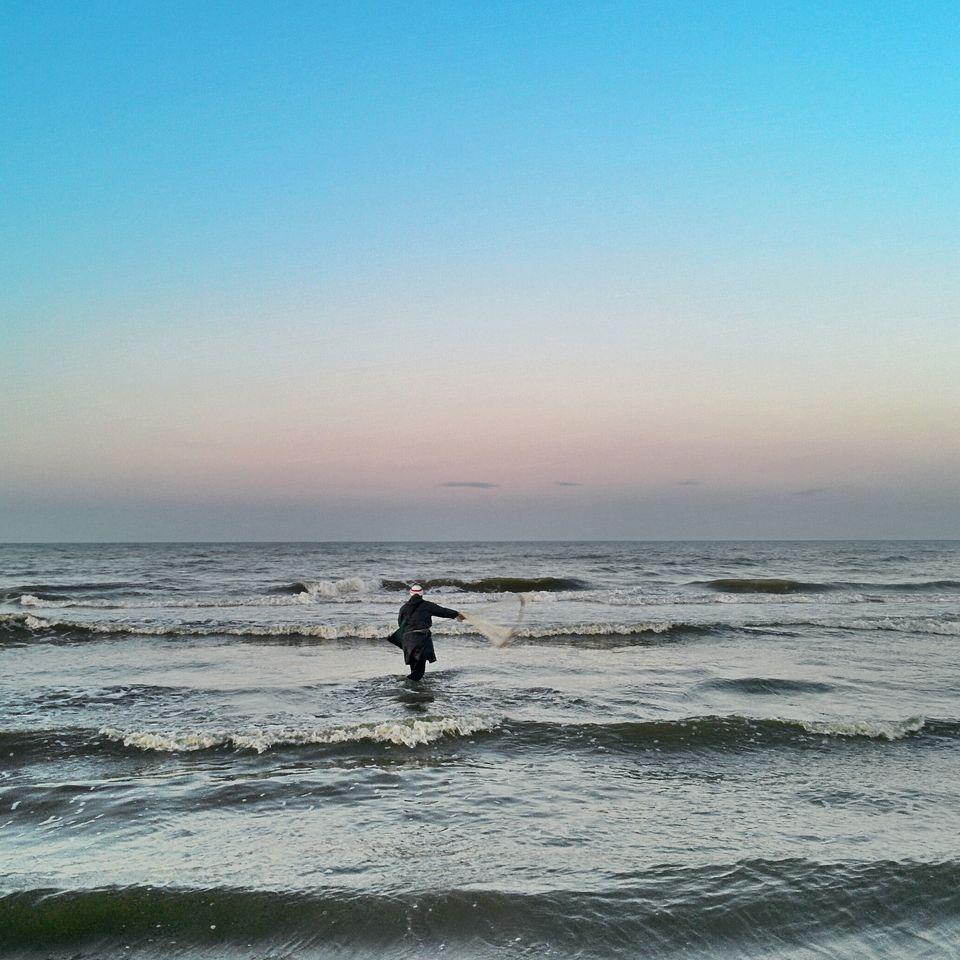 Pêcheur au filet sur la plage de Gammarth